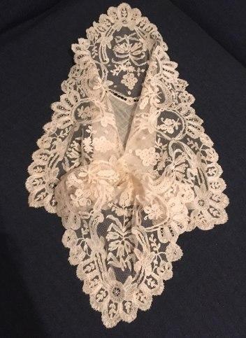 Nuevo pañuelo para la Virgen de los Ángeles de los Negritos