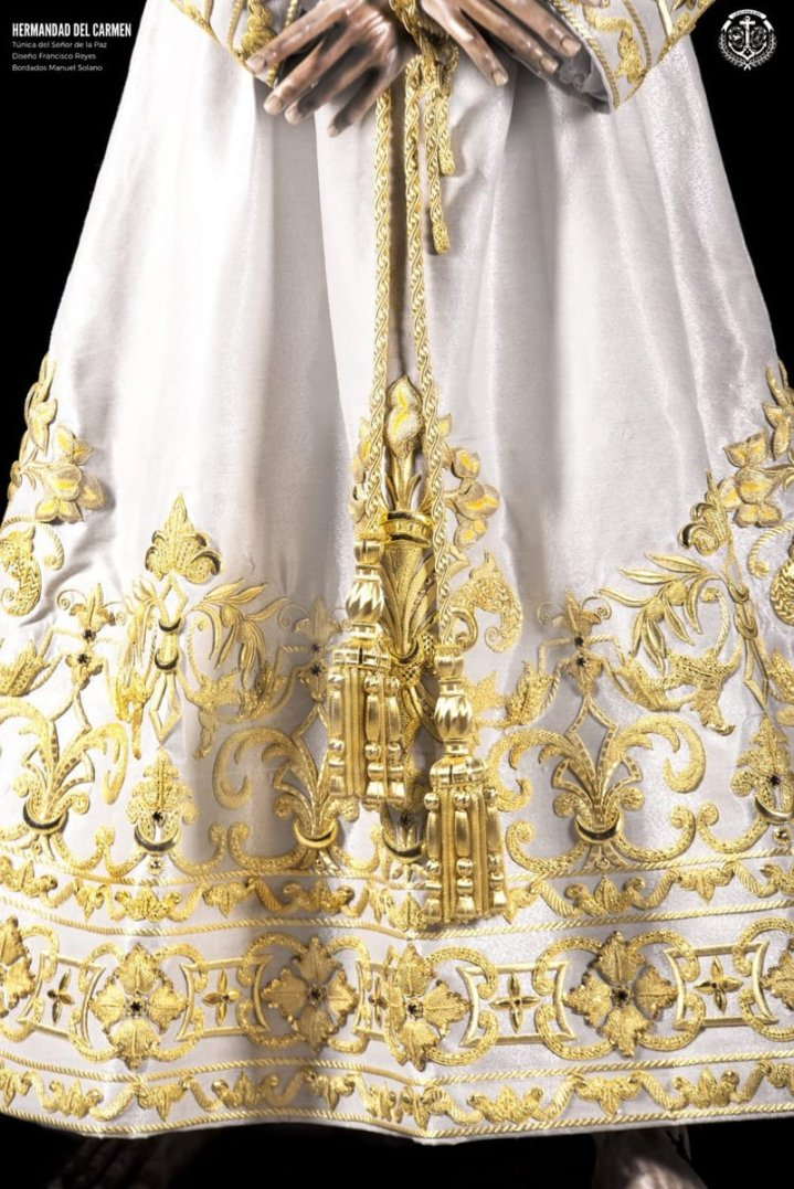 Nueva túnica bordada para el Señor de la Paz