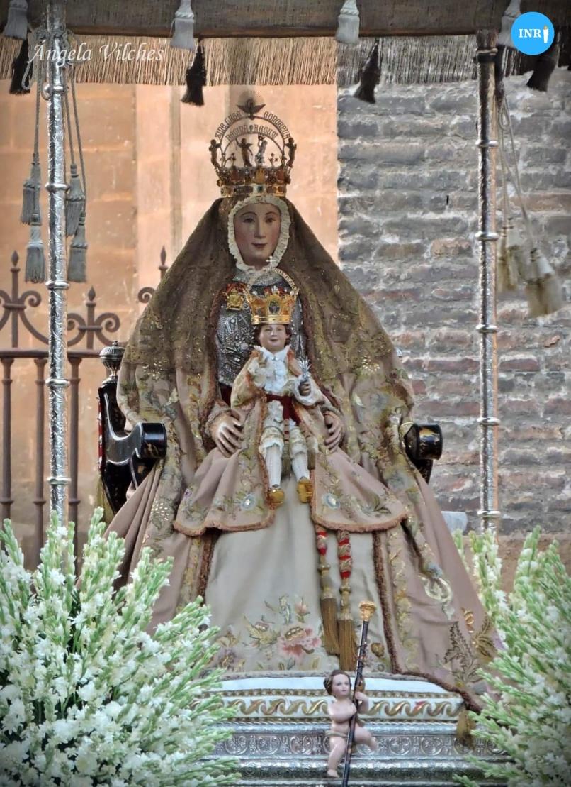 Manto salmón de la Virgen de los Reyes // Ángela Vilches