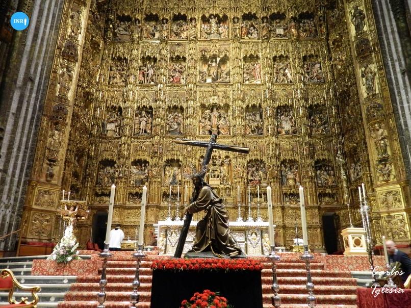 Cristo de la Corona en el altar mayor de la catedral // Carlos Iglesia