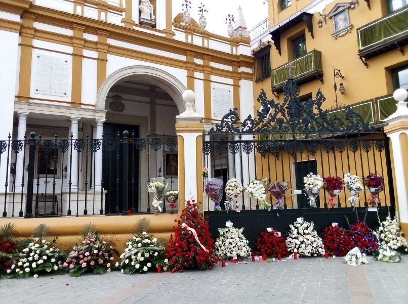 Flores en las puertas de la basílica de la Macarena