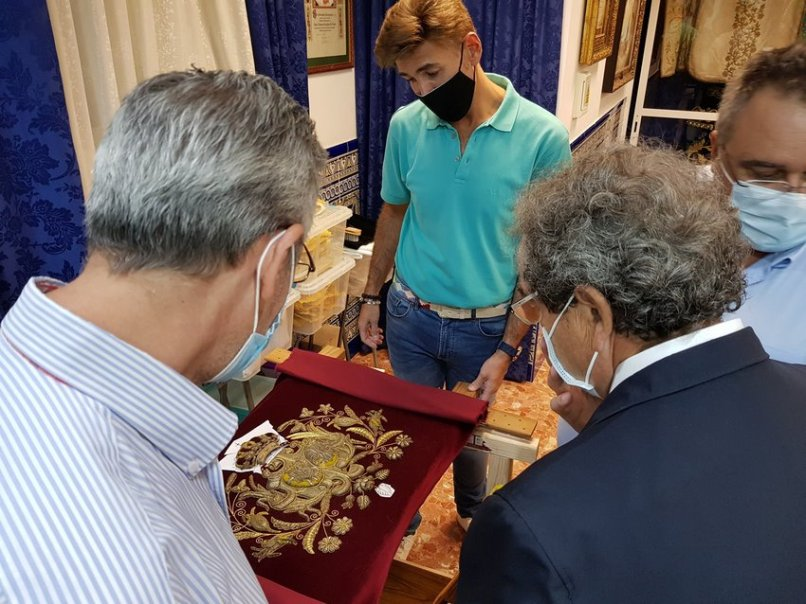 Trabajos de restauración de las insignias de la Macarena