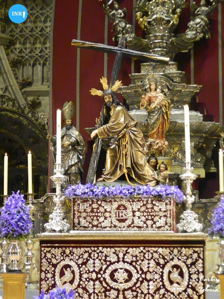 Altar del viacrucis de las hermandades presidido por el Cristo de la Corona // Carlos Iglesia