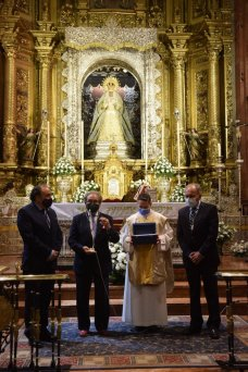 Rosa de Pasión para la Virgen de la Esperanza Macarena // Ángela Vilches